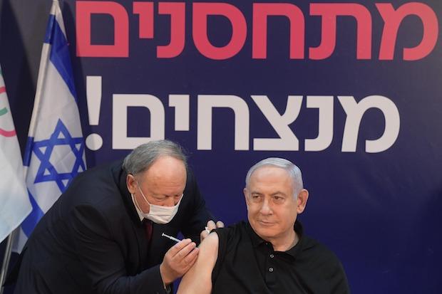 Netanyahu receives the covid-19 vaccine